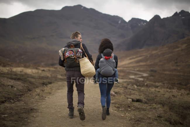 Senderismo familiar en el camino, Piscinas de hadas, cerca de Glenbrittle, Isla de Skye, Hébridas, Escocia - foto de stock