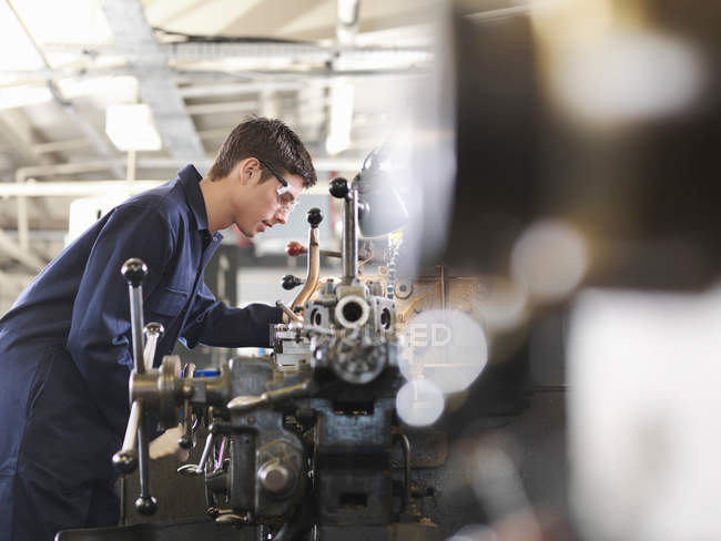 Apprentice Working With Basic Lathe — Stock Photo