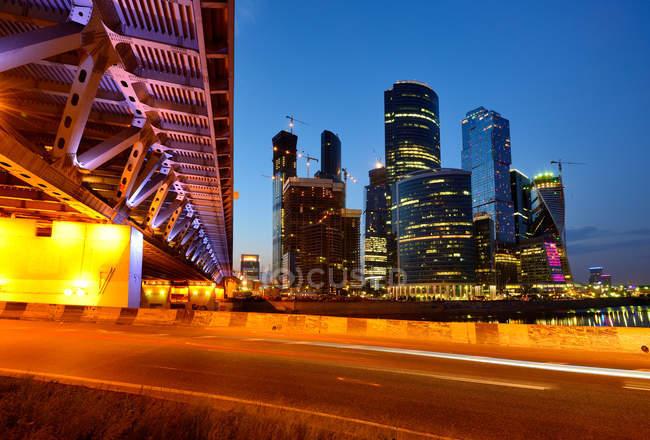 Вид хмарочосів та Dorogomilovsky міст уночі, Москва, Росія — стокове фото