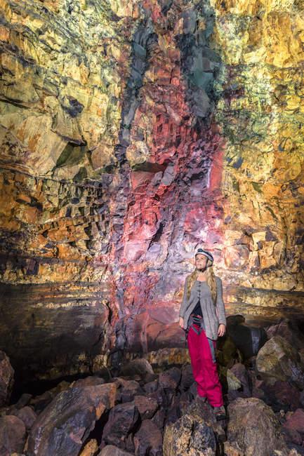 MID доросла жінка всередині вулкана Тірігнатаґігур, Блефат, Ісландія — стокове фото