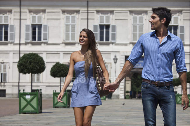 Junges paar spaziert im freien, hand in hand, turin, piemont, italien — Stockfoto