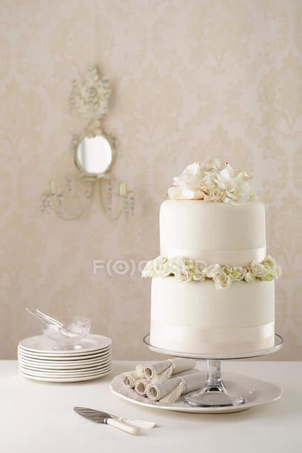 Классический стек торт и плиты — стоковое фото