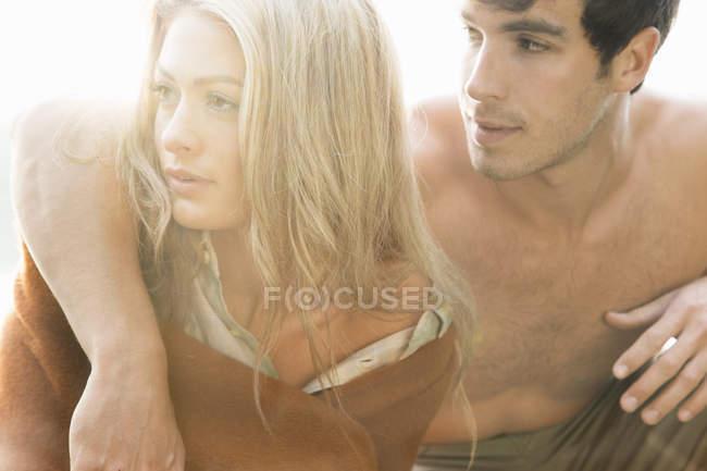 Retrato de pareja joven mirando hacia otro lado, de cerca - foto de stock