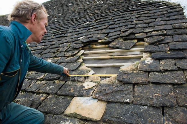 Крыша для измерения отверстия в традиционной каменной черепице — стоковое фото