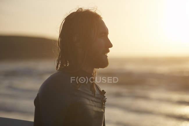 Junger männlicher Surfer schaut vom Strand, devon, england, uk — Stockfoto