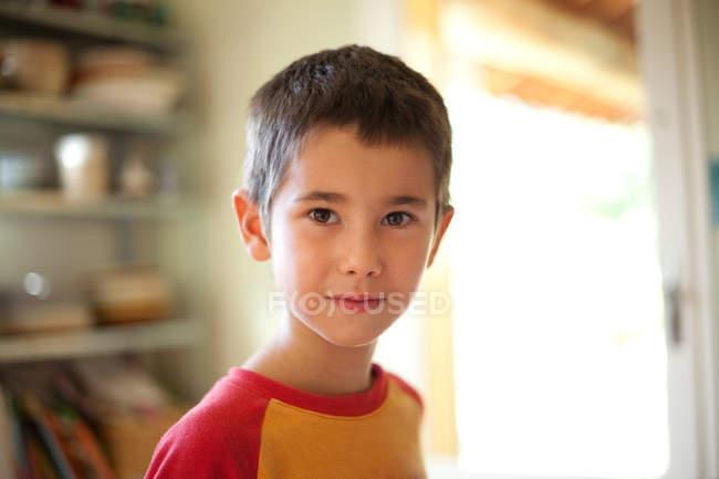 Portrait d'adorable garçon regardant la caméra — Photo de stock