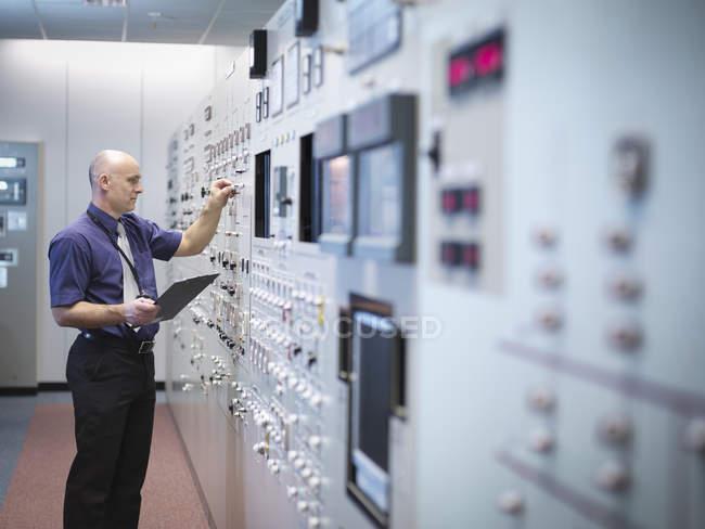 Engenheiro que inspeciona o simulador da sala de controle da central nuclear — Fotografia de Stock
