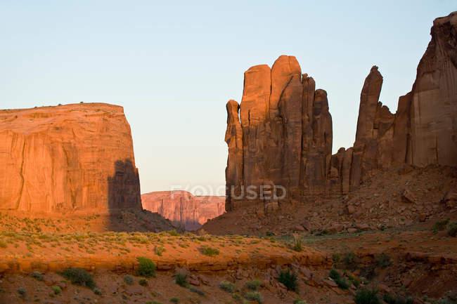 Долина монументів, у заході сонця — стокове фото
