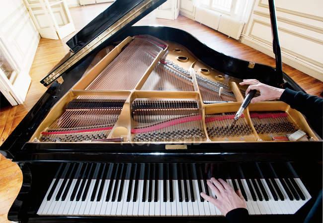 Pianoforte sintonizzato dall'uomo — Foto stock