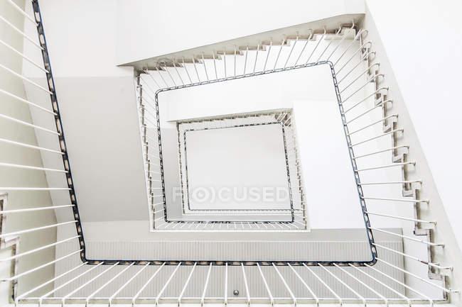 Білий квадратних сходи, нижній подання — стокове фото