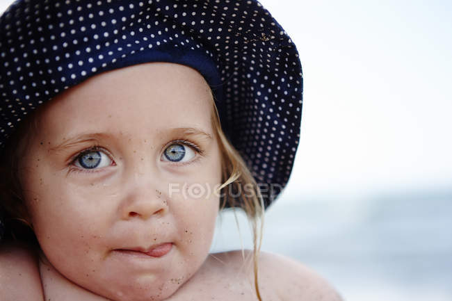 Bambina con cappello macchiato, ritratto — Foto stock