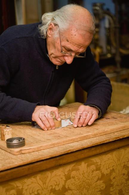 Alter Handwerker macht seinen Job — Stockfoto