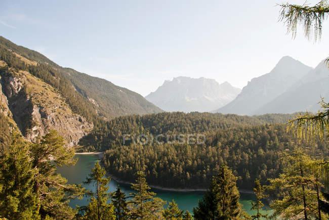 Paesaggio paesaggistico con fiume e montagna — Foto stock