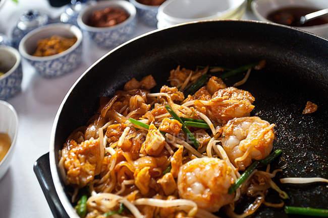 Fleisch und Gemüse in der Pfanne kochen — Stockfoto