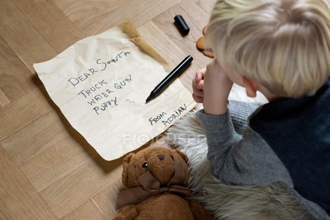 Lista de Natal da escrita do menino para Santa — Fotografia de Stock