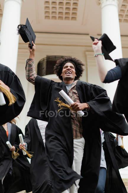 I laureati tifano nel campus, attenzione selettiva — Foto stock