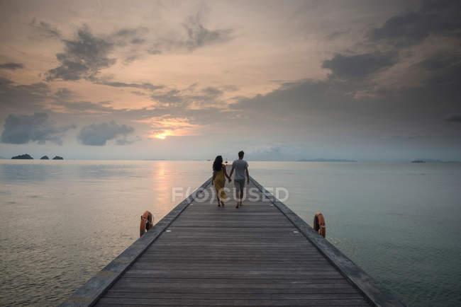 Couple on pier, Taling Ngam Beach, Ko Samui, Thailand — Stock Photo