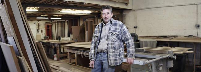 Porträt eines männlichen Möbeltischlers in der Industriehalle — Stockfoto