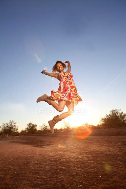 Woman jumping for joy in desert — Stock Photo