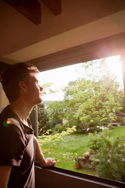 Mann, bewundern die Landschaft von Fenster — Stockfoto