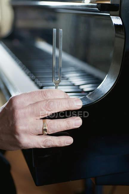 Diapason tenuto al pianoforte a coda — Foto stock