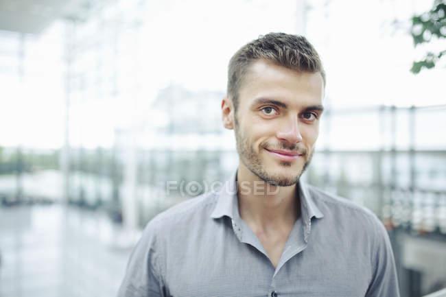 Молодой человек носить серую рубашку, портрет — стоковое фото