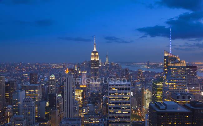 Vista de alto ángulo del centro de Manhattan y Empire State Building por la noche, Nueva York, EE.UU. - foto de stock