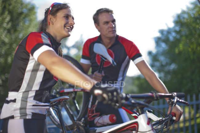 Велогонщики отдыхают в парке — стоковое фото