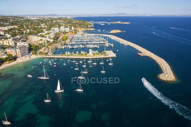 Luftaufnahme von Yachten vor Anker an der Küste, Mallorca, Spanien — Stockfoto