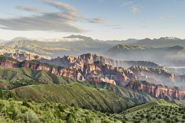 Scena pacifica con la maestosa catena montuosa in asia orientale Cina — Foto stock