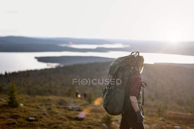 Escursionista con zaino sulle montagne, Lapponia, Finlandia — Foto stock