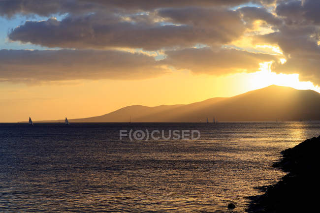 Sun setting over mountains — Stock Photo