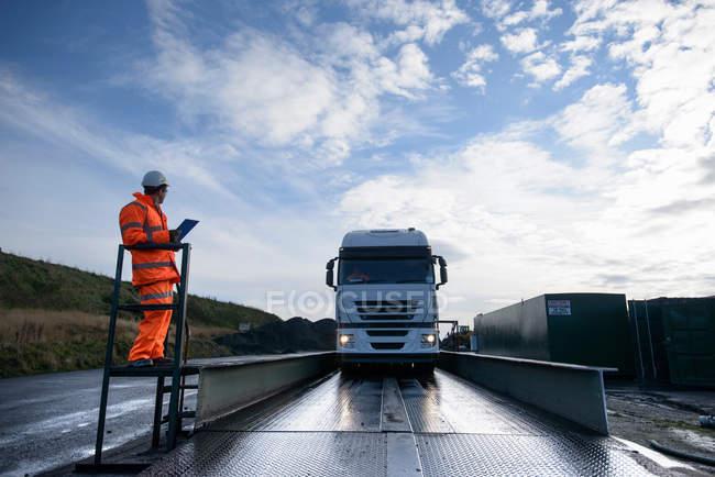 Camião cheio de carvão a ser pesado na ponte de pesagem na mina de carvão de superfície — Fotografia de Stock