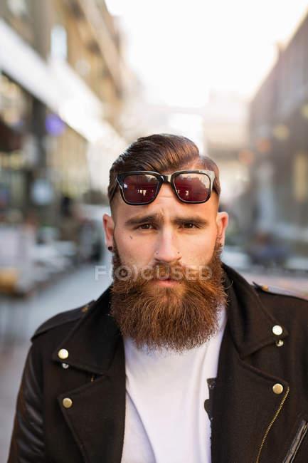 Ritratto di giovane barbuto con occhiali da sole — Foto stock