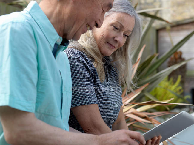 Older couple using tablet computer — Stock Photo