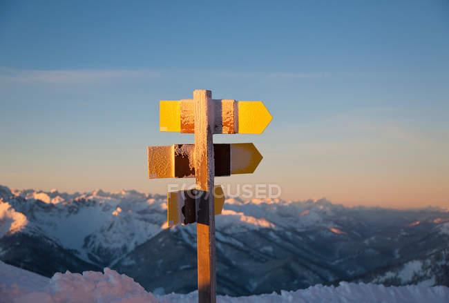 Segnaletica rurale sulla neve — Foto stock