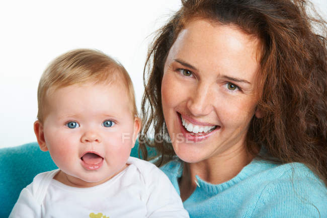 Madre sosteniendo niño, se centran en primer plano - foto de stock