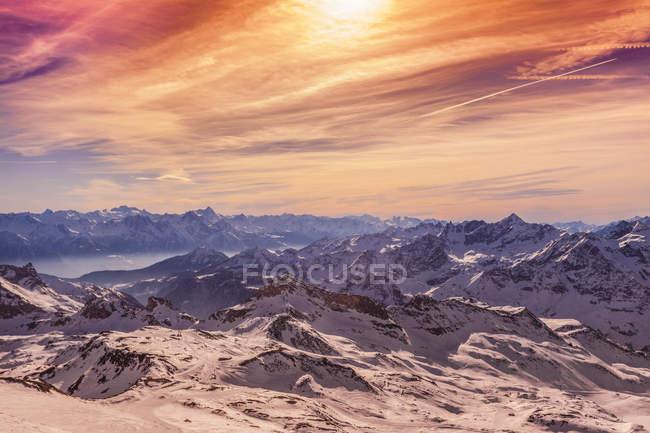 Luce del tramonto sulle montagne innevate — Foto stock