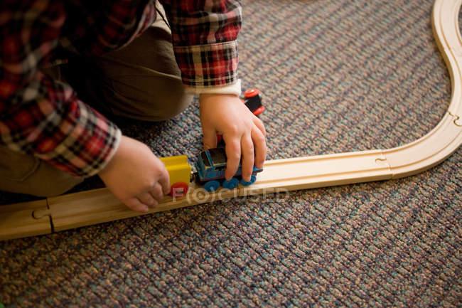 Хлопчик грає з поїзді комплект — стокове фото