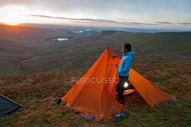 Wanderer auf Campingplatz mit Blick auf die Landschaft — Stockfoto