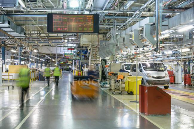 Линия производства автомобилей на автомобильном заводе, размытое движение — стоковое фото