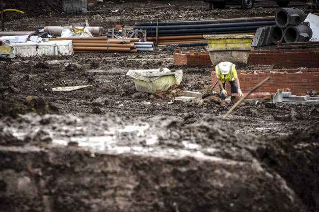 Travailleurs pose de briques sur le chantier — Photo de stock