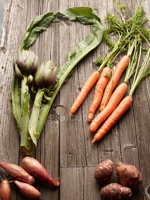 Gemüse auf Holztisch — Stockfoto