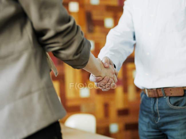 Чоловік і жінка тримають одне одного за руки. — стокове фото