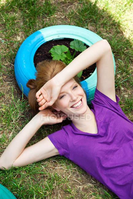 Женщина лежит на шине, вид сверху — стоковое фото