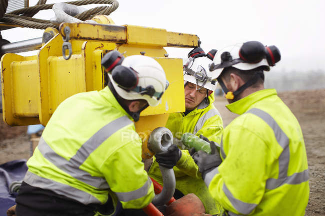 Инженеры, работающие на площадке для строительства ветряных турбин — стоковое фото