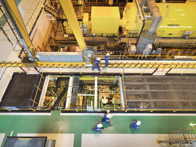 Робітники в турбінному залі електростанції, високий кут огляду — стокове фото
