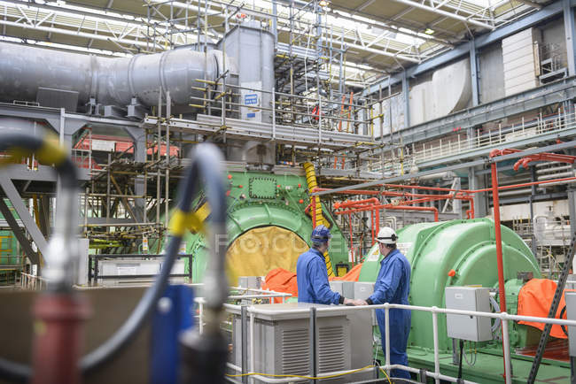 Ingénieurs inspectant le logement de la turbine pendant la panne de la centrale — Photo de stock
