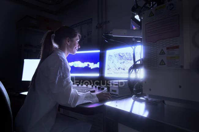 Cientista olhando para imagens do microscópio SEM — Fotografia de Stock
