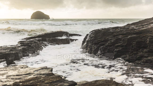 Ocean waves lapping against rocks, Trebarwith, Cornwall, UK — Stock Photo